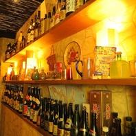 落ち着いた沖縄の店内は、非日常を味わえる空間です。