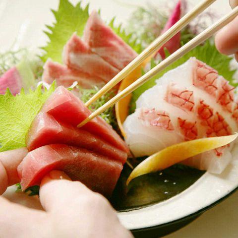 日本漁港を使用した刺身はビールにぴったりのおつまみに!この季節だからこそ食べたくなる組み合わせ!季節を問わず人気のマグロやサーモン、季節の鰻料理と種類豊富に用意している当店。お酒と一緒にお楽しみください。。各コースに飲み放題付でお得な宴会なのに記憶に残ること間違いなし。
