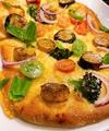 料理メニュー写真彩り野菜とちりめん三賞のフォカッチャピザ