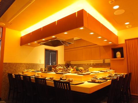 目の前で丹精に揚げる天ぷらを愉しめるカウンター席。ゆったりとした特別な夜に