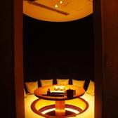 地下にある円卓の掘りごたつ個室。プライベート感も充分に、何かと使い勝手の良い形状なので人気のお席となっております。