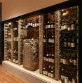 大きなワインセラー完備。道産ワインや世界各地の100以上もの銘柄を取り揃えております。