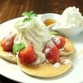 【オススメデザート1】イチゴと生クリームのアイスパンケーキ。女性人気NO.1!メイプルシロップ&生クリームであまーいひと時を♪