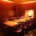 テーブル半個室。10名様迄の宴会が可能なお席です。歓迎会や送別会などの各種宴会に最適な飲み放題付の宴会コースは6000円~ご用意しております。響こだわりの和食とお料理との相性抜群の日本酒やウイスキーなどのお酒を一緒にご堪能頂けます。半個室のお席ですのでゆったりとお楽しみ頂けます。