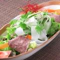 料理メニュー写真牛肉とパクチーのサラダ