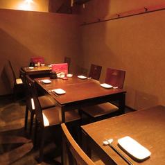 気の合う仲間との飲み会などにも◎(4名様用テーブル×2/2名様用テーブル×1)