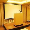 ■司会台&スタンドマイク■  司会の方がご利用になる小型の演説台となっております。  司会用マイクとセットでご用意いたします。  スタンドマイクも別途ご用意いたしておりますので、お気軽にスタッフにお申し付けください。