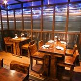 開放感のある窓際のテーブル席。広々としているのでリラックスしながらお食事ができます!