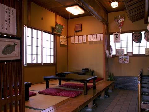 地元で30年愛されているお店。寿司屋だけど、気取らずにわいわい盛り上がる。