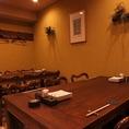 古木のぬくもりが暖かなテーブル席。20名以上で貸切が可能だから各種宴会での個室貸切にオススメ!