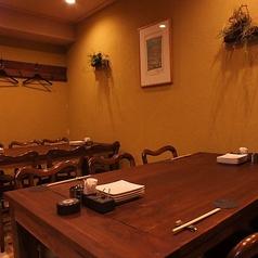 古木のぬくもりが暖かなテーブル席。20名以上で貸切が可能だから夏宴会の個室貸切にオススメ!
