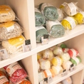 編物用の毛糸の販売を行っております。棒針のレンタルも行っておりますので、手ぶらでお越しいただいても気軽に編物が楽しめます♪
