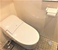 温水洗浄付のタンクレストイレ。手荷物置き用の棚もありますので、女性も安心してご利用いただけます。