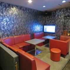 【ソファ席の完全個室】10名用個室は、最大12名様でもでご利用いただけます。カラオケ設備付で宴会利用から二次会までOK♪