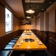 ◆広々としたテーブル席◆ 清潔感のあるテーブル席は焼肉の宴会にピッタリ!上野・御徒町の貸切宴会でのご利用多数♪新鮮なお肉をが食べられる飲み放題付プランは3980円~♪【上野 個室 焼肉 ホルモン】