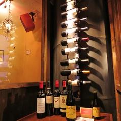 店内入口には、ワインのディスプレイがあります。リーズナブルなワインボトルを多数ご用意しています♪ワイン好きは要チェック♪♪
