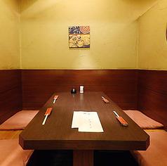 【1階椅子テーブル席】落ち着きのある和空間「炉だん」。お仕事終わりのちょっとした飲み会や女子会といった日常使いから、接待や会食といったビジネスシーンまで幅広くご利用いただけるお席です。プライベート空間で、ごゆっくりとご宴会をお愉しみ下さい。こちらの個室は5部屋のみですので、お早目にご予約くださいませ。