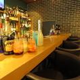 ボトルが並び、温かな光が灯る雰囲気満点のカウンター席はカップルに人気!