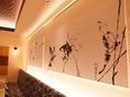 店内のインテリアや絵画からも落ち着いた雰囲気をお楽しみ頂けます