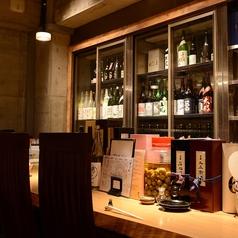 【日本酒セラー前のカウンター】日本酒好きな方におすすめ。禁煙席。