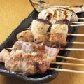 料理メニュー写真もも、ぼんじり、ればー、鶏かわ、砂肝、ひざなんこつ、うずら、バラ、ハラミ、つくね