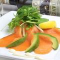 料理メニュー写真スモークサーモンとアボカドのカルパッチョ