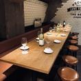 20名の宴会にも使えるようなシート型のゆったり座れるテーブル席