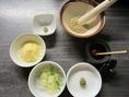 お鍋の薬味もご用意しております。薬味は意外と大事♪是非薬味も沢山入れてびじんやのお鍋を楽しんで下さい。