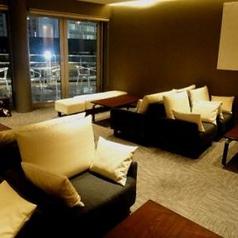 ビュッフェ利用でも完全個室をご利用できます。こちらの個室は、10名様~25名様までご利用いただけます。また、こちらをご利用のお客様に限り、テラス席やソファー席をお使いいただけます。名古屋駅から直結しているため、アクセスも抜群です。二次会、送別会、懇親会等、幅広く気軽なパーティにご利用下さい。