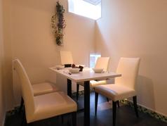 奥のテーブル席はゆったりとしたプライベート空間が魅力◎デートや女子会、接待、お食事会にも◎白を基調としたオシャレ空間はインスタ女子も必見です♪人気の席なのでご予約はお早目に♪♪