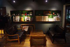 ゆっくりとした時間を過ごせる人気のソファー席。小さなパーティーが開催されている事も。多国籍の方に人気です。
