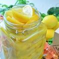 【べっぴん塩ドレッシング】希少価値が高く、甘みが強い有機栽培の三重産メイヤーレモンをイギリス王室御用達のミネラルたっぷりの海塩でじっくりと漬込み、その美味しさを最大限に引き出して塩レモンソースに。その特製ドレッシングで召し上がって頂く有機野菜の数々!生野菜の力強さと美味しさをきっと実感出来るはずです