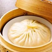 モチモチの柔らかい皮の中にジューシーなお肉と熱々スープを閉じ込めた、過門香の名物大湯包(だいたんぱぉ)。大湯包はストローを刺して中のスープを味わう点心、体の芯まで温まる逸品です。※中のスープは、たいへん熱くなっております。召し上がる際には、お気をつけください。