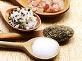【特製ブレンド調味料】鶏肉を焼く際に使用してる塩は、天日塩に数種類のスパイスをブレンドした当店オリジナルの塩です。素材の味を最大限に引き出します。今回メニューに入りました特製味噌は10種類以上の食材をブレンドした奥深い味わいが楽しめる味に仕上がりました。野菜・肉・御飯などなんにでも合う万能みそです。