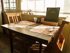 季節によって変わるお庭を眺めながらお食事できる窓辺のテーブル席。