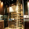 【天井まで届くワインセラー】ワインセラーは天井まで届き、豊富なワインがズラリと並びます!各地のボトルワインをリーズナブルなお値段からご用意しております。