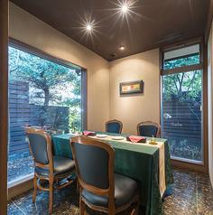 【2名様~4名様】【6名様~8名様】のテーブル個室をご用意しております。特別な空間で、特別な時間をお過ごしください。女子会や記念日等にも、周りを気にせずごゆっくりお寛ぎいただけます。