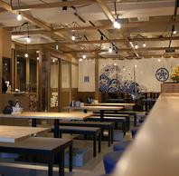 カウンター、テーブル席等様々な空間を完備。