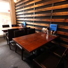 テーブル席を4卓ご用意致しております。テーブルを繋げて最大8名様席をお作りする事が可能です。