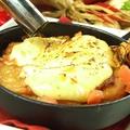 料理メニュー写真若鶏の炙りタルタルカマンベールチーズ焼き