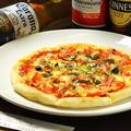 料理メニュー写真トマトとベーコンのピザ