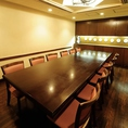 店内一番奥には、他の席とは一味異なる落ち着いた雰囲気の個室をご用意。ご接待・ご会食などのビジネスシーンにも対応。人気のお席につき、早めのご予約をおすすめいたします。