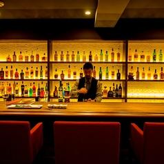 バーテンダーこだわりの名酒がずらりと並ぶ…しっぽり飲みたい大人の時間を演出するカウンター席は全9席!