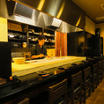 ホテル、和食店で修業した店主がつくる自家製料理の数々はどれも絶品!美味しい料理とお酒でステキな時間をお過ごしください♪カウンター席(1~8名まで着席可)は「包丁さばきがみてて楽しい」と常連様にも人気です♪お気軽にご予約ください。