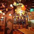 店内に入ると彩り鮮やかな無数の琉球ガラスが煌く雰囲気抜群の空間★フロアは2名様~40名様まで対応♪宴会/誕生日/記念日などに是非♪お得にご利用可能なクーポンを多数ご用意してお待ちしております!【沖縄 那覇 国際通り 居酒屋 女子会 飲み放題 沖縄料理 ステーキ しゃぶしゃぶ チーズタッカルビ ランチ】