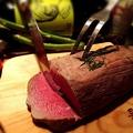 料理メニュー写真自家製ローストビーフ 特製赤ワインとオニオンソース