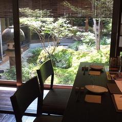 外の庭を眺められる人気のテーブル席