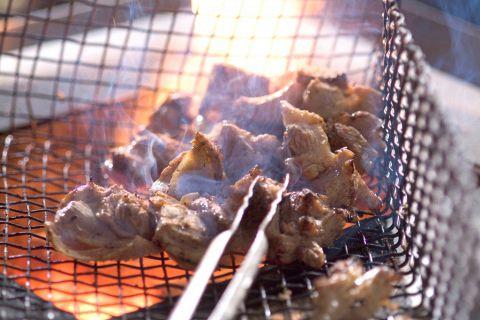 網で豪快に焼く「炙り焼き」は格別です!シンプルに旨い!焼鳥が食べられる!