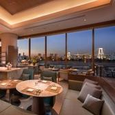 夕暮れ以降は東京の煌く夜景が一望できる「シースケープ」は海と陽光の中に香り立つオールデイダイニング