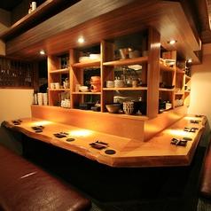 オープンキッチンのカウンター席はお一人様でも気軽に立ち寄れる雰囲気です。